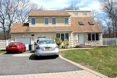 Holtsville Single Family Home For Sale: 12 Valley Ct