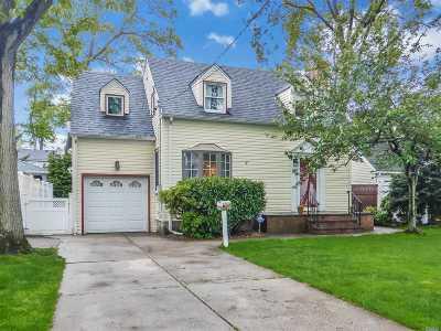Merrick Single Family Home For Sale: 205 Stuyvesant Ave