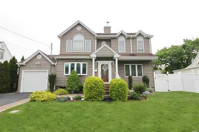 Syosset Single Family Home For Sale: 53 Fieldstone Dr