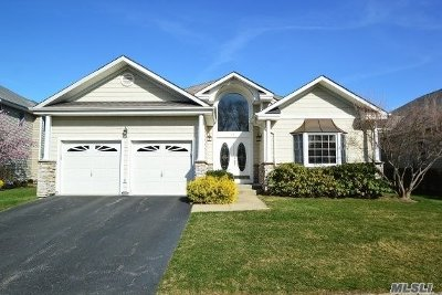 Smithtown Single Family Home For Sale: 75 Redan Dr