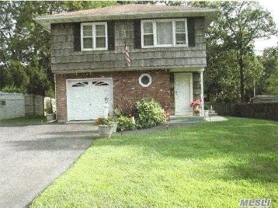 Hauppauge Single Family Home For Sale: 44 Bretton Rd
