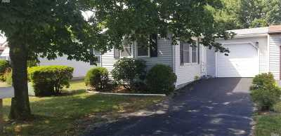 Manorville Condo/Townhouse For Sale: 6 Greenwood Blvd