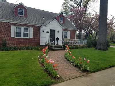 Malverne Single Family Home For Sale: 111 Alnwick Rd