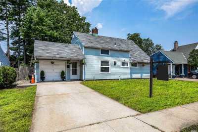 Levittown Single Family Home For Sale: 19 Stevedore Ln