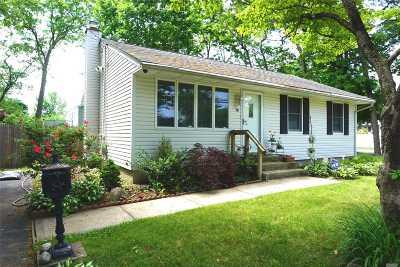 Deer Park Single Family Home For Sale: 26 Haight St