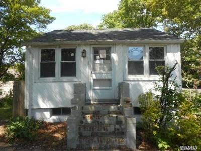 Selden Single Family Home For Sale: 234 Adirondack Dr