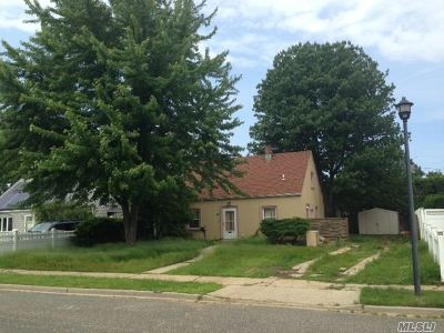Levittown Single Family Home For Sale: 47 Harness Ln