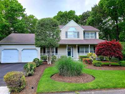 Manorville Single Family Home For Sale: 2 Evelyn Ct