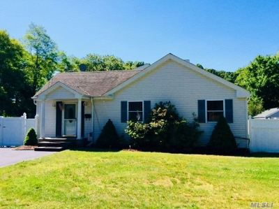 East Islip Single Family Home For Sale: 40 Starlight Dr