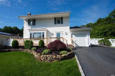 Holbrook Single Family Home For Sale: 16 Burleigh Dr