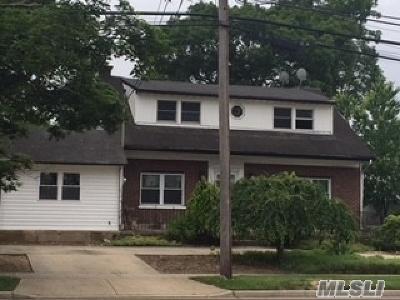 Farmingdale Single Family Home For Sale: 144 Fallwood Pkwy