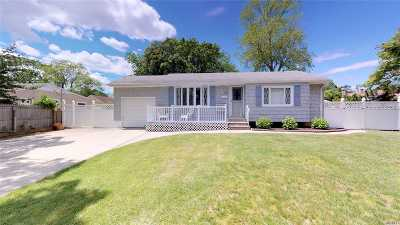 central Islip Single Family Home For Sale: 198 Gibbs Rd