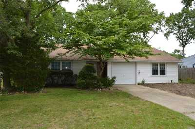 Selden Single Family Home For Sale: 65 Biscayne Dr