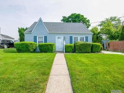 Farmingdale Single Family Home For Sale: 67 Park Cir