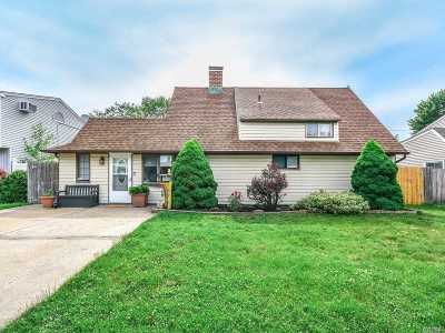 Levittown Single Family Home For Sale: 7 Quiet Ln