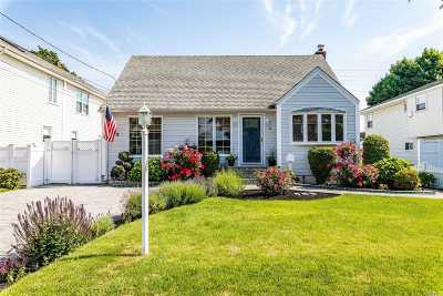 Farmingdale Single Family Home For Sale: 23 James St