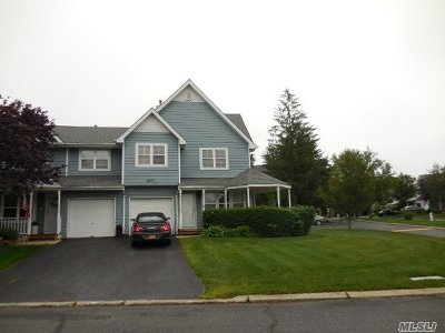 central Islip Condo/Townhouse For Sale: 71 Broadlawn Dr