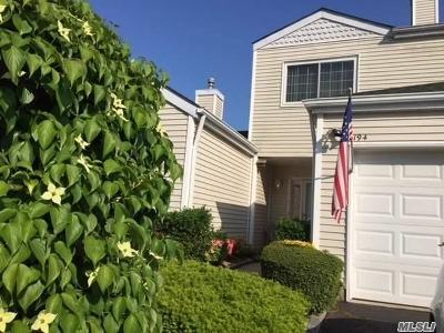 Manorville Condo/Townhouse For Sale: 194 Gothic Cir