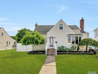 Lindenhurst Single Family Home For Sale: 21 Deauville Pkwy