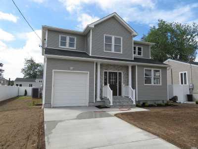 Lindenhurst Single Family Home For Sale: 19 E Lido Prom