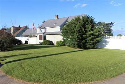 Levittown Single Family Home For Sale: 500 N Newbridge Rd