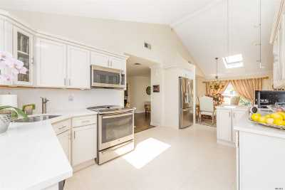 Single Family Home For Sale: 3056 Clubhouse