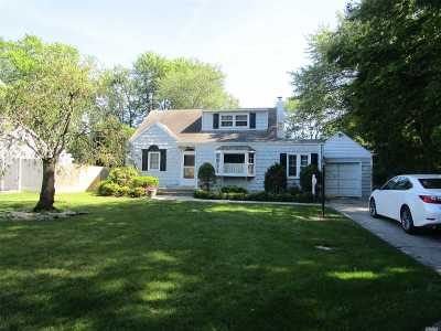 West Islip Single Family Home For Sale: 6 Finley Pl