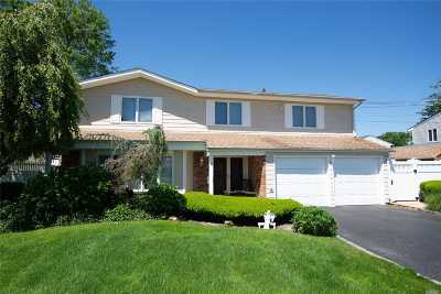West Islip Single Family Home For Sale: 138 Cedar Point Dr