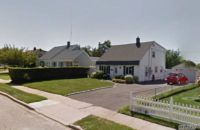 Levittown Single Family Home For Sale: 14 Beaver Ln
