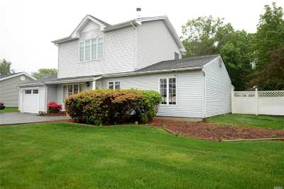 Holbrook Single Family Home For Sale: 102 Inverness Rd