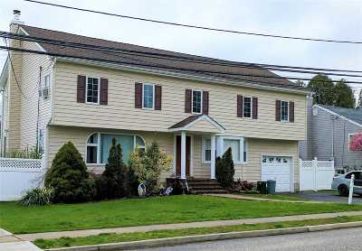 Farmingdale Single Family Home For Sale: 68 Hampshire Dr