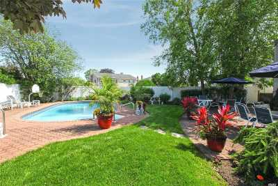 Merrick Single Family Home For Sale: 3035 Bond Dr