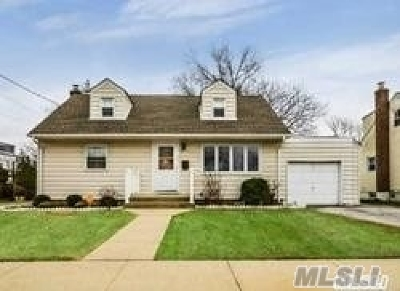Nassau County Single Family Home For Sale: 811 Connie Ln