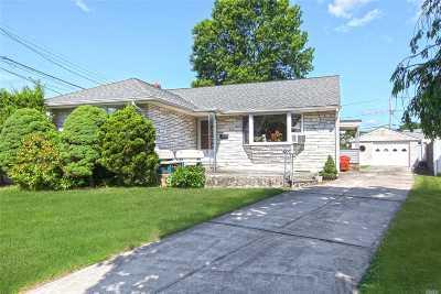 Nassau County Single Family Home For Sale: 2 Cambridge Ct