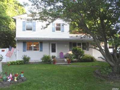 Ronkonkoma Single Family Home For Sale: 886 Baeck St