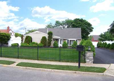 Holbrook Single Family Home For Sale: 11 Birchdale Dr