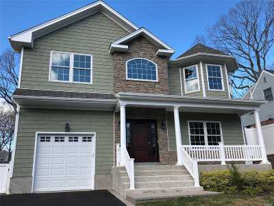 Syosset Single Family Home For Sale: 67 Syosset Cir