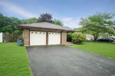 Holbrook Single Family Home For Sale: 896 Greenbelt Pkwy