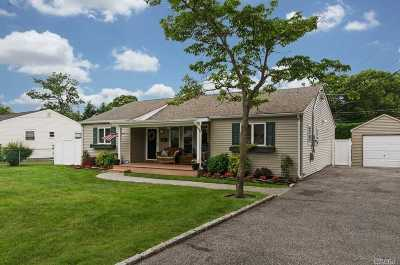 East Islip Single Family Home For Sale: 47 Gwendolyn Pl