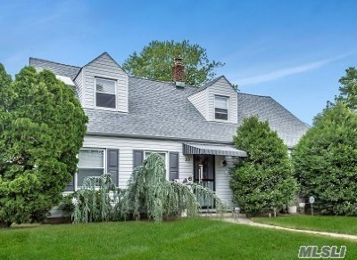 Levittown Single Family Home For Sale: 23 Club Ln