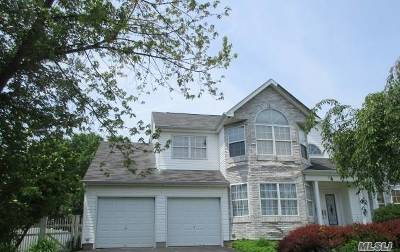 Holtsville Single Family Home For Sale: 7 Summerfield Dr
