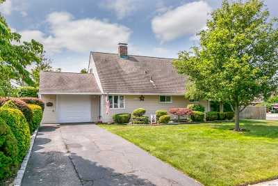 Levittown Single Family Home For Sale: 14 Bayberry Ln
