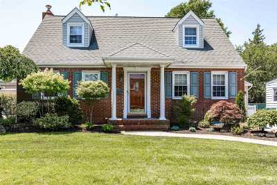 Rockville Centre Single Family Home For Sale: 10 Dorset Ln