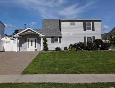 Levittown Single Family Home For Sale: 11 Blackbird Ln