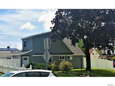 Levittown Single Family Home For Sale: 2 Fiddler Ln