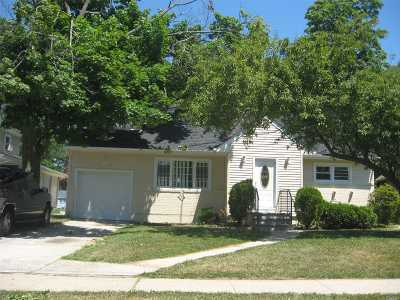 Freeport Single Family Home For Sale: 148 Pearsall Ave