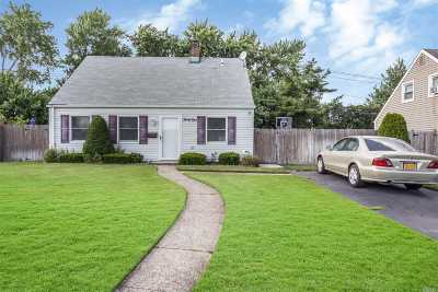 Levittown Single Family Home For Sale: 31 Green Ln