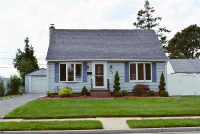 Levittown Single Family Home For Sale: 137 Cardinal Rd