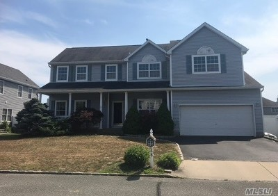 Holtsville Single Family Home For Sale: 68 Summerfield Dr