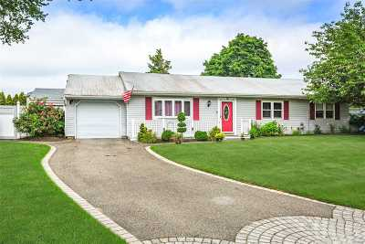 Smithtown Single Family Home For Sale: 1 Park Ct